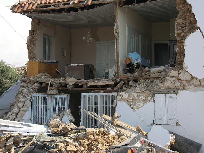 casa distrutta dal terremoto macerie